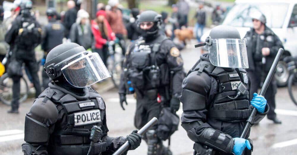 La police en tenue anti-émeute