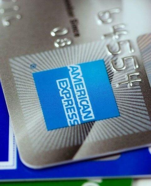 American Express positif sur son partenariat avec RippleLabs. Logo d'Amex et Ripple