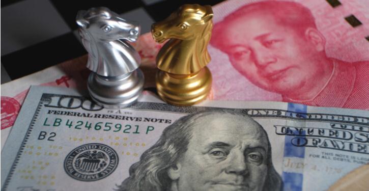 Image de billets en dollars américains et en yuans chinois avec des pièces d'échecs représentant la récente guerre commerciale entre les deux nations