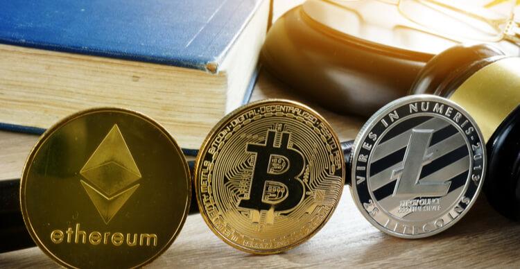 Une image d'un marteau et de crypto coins sur un bureau