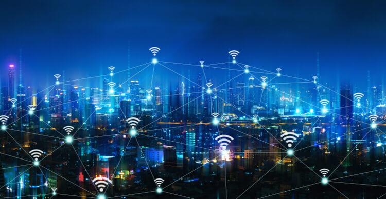 Concept d'une ville de nuit avec connectivité sans fil
