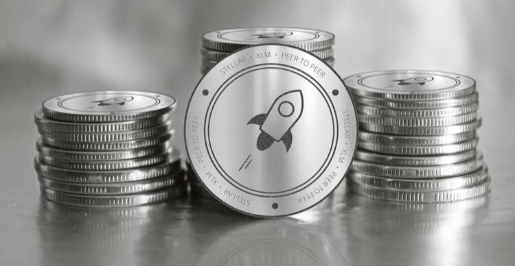 La crypto-monnaie Stellar au milieu d'une pile de coins en argent